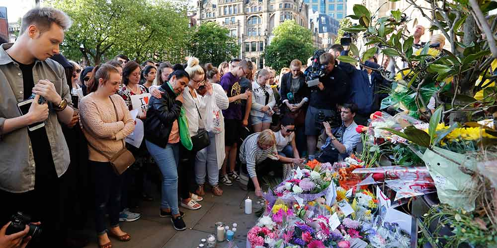 Centenas de pessoas homenageiam vítimas do ataque terrorista em Manchester