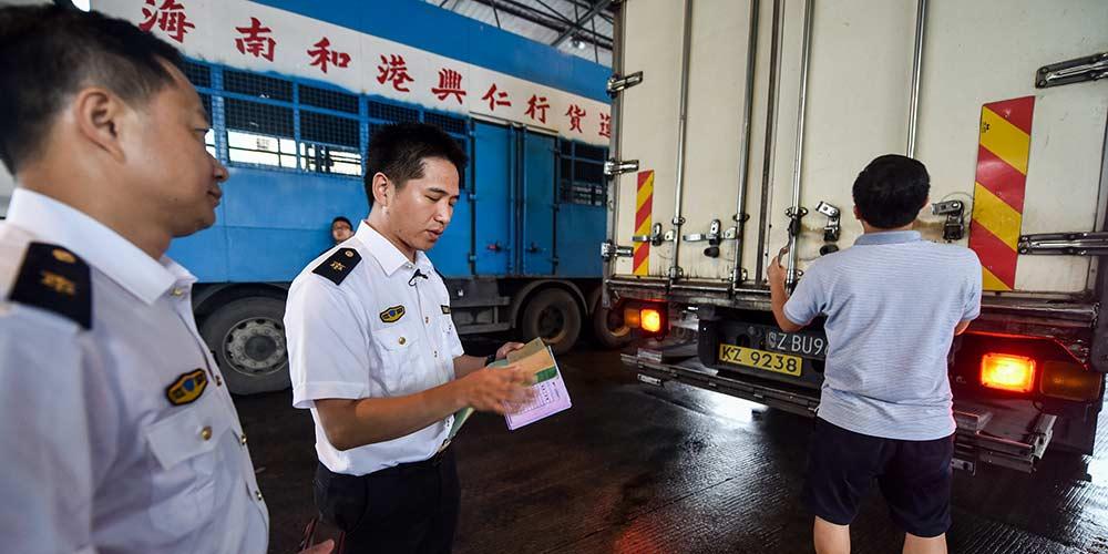 Alimentos frescos da parte continental da China são transportados para mercados de Hong Kong