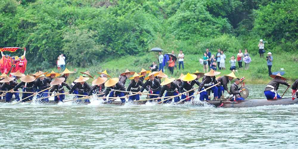 Festival da canoa-dragão é celebrado em Guizhou no sudoeste da China