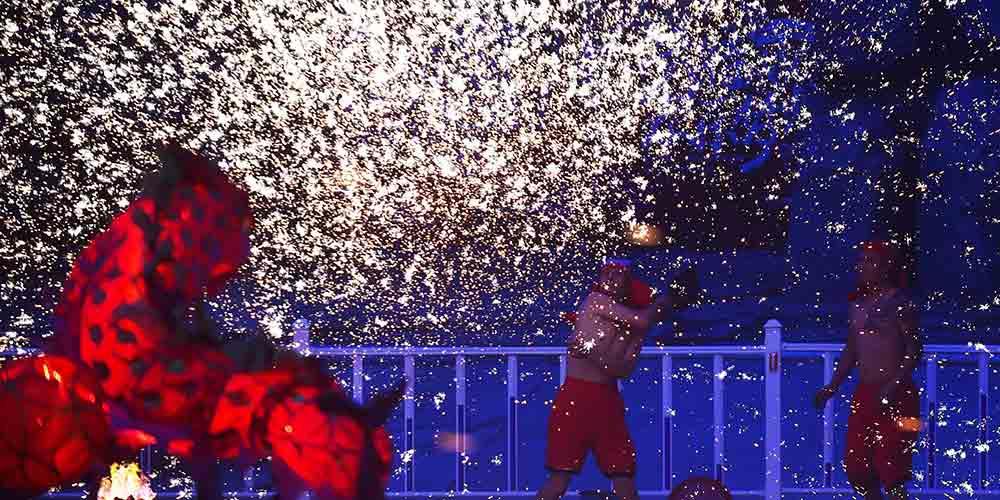 Pai e filho: a tradição de espirrar ferro derretido na dança do dragão