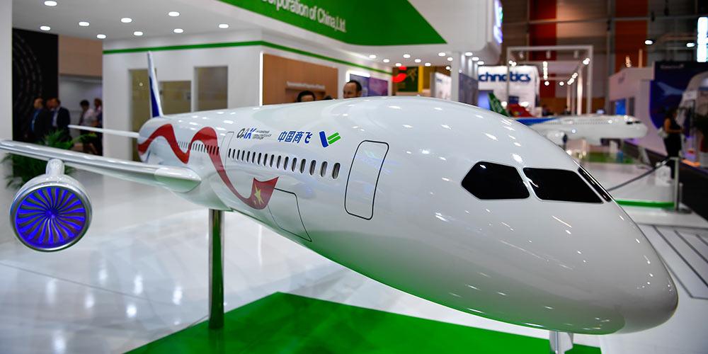 Modelo de avião comerical China-Rússia é exibido na França