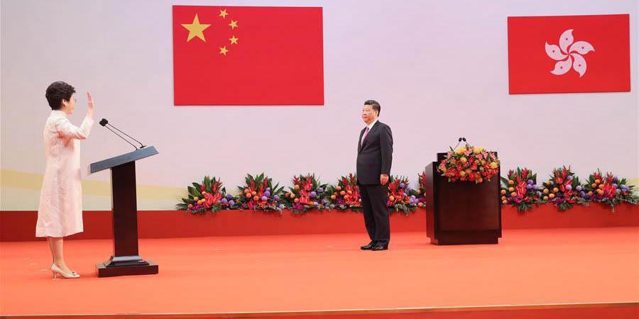 Nova chefe do Executivo de Hong Kong toma posse