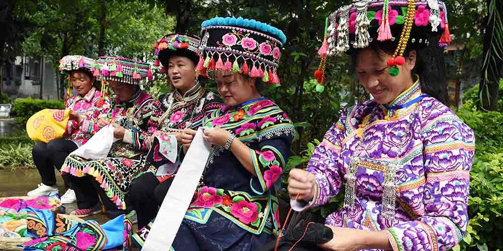 Exposição de bordados do grupo étnico Yi em Yunnan