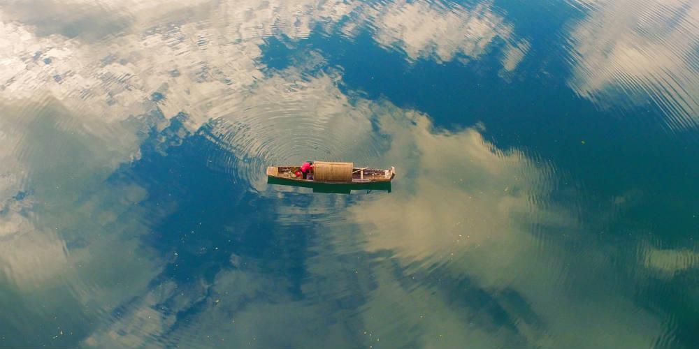 Barco navega no rio em Hunan, centro da China