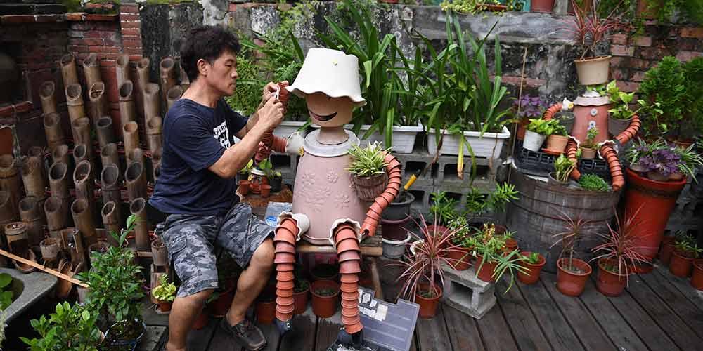 Artista cria fantoches com vasos em Taiwan, no sudeste da China