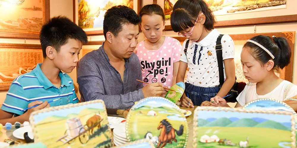 Galeria de arte de peças em couro é aberta em Hohhot