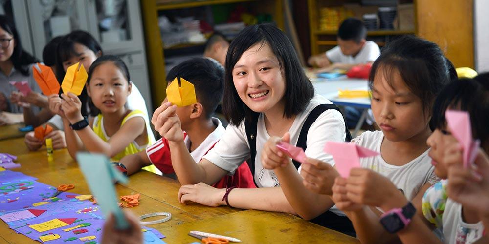 """Atividades de voluntariado enriquece férias de crianças """"deixadas para trás"""""""