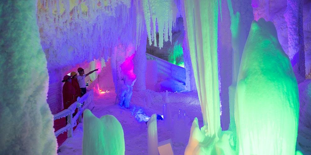 Caverna de gelo em Zhejiang atrai turistas durante onda de calor