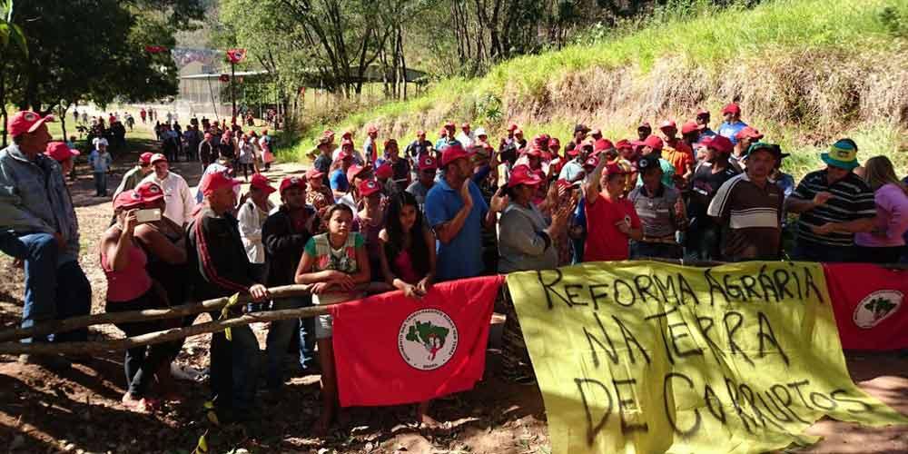 Militantes do Movimento dos Sem Terra ocupam fazendas de pessoas acusadas de corrupção
