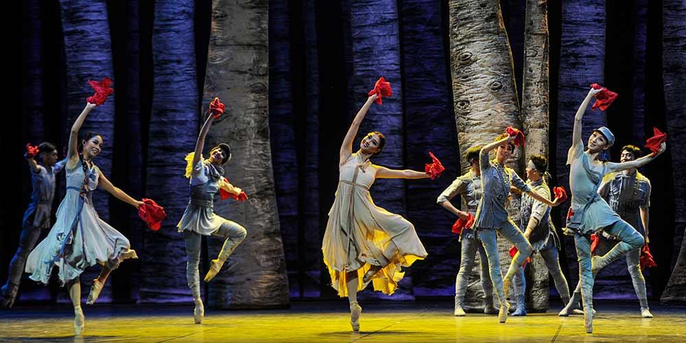 Apresentações de balé no 5º Festival Internacional de Danças Foclóricas de Xinjiang