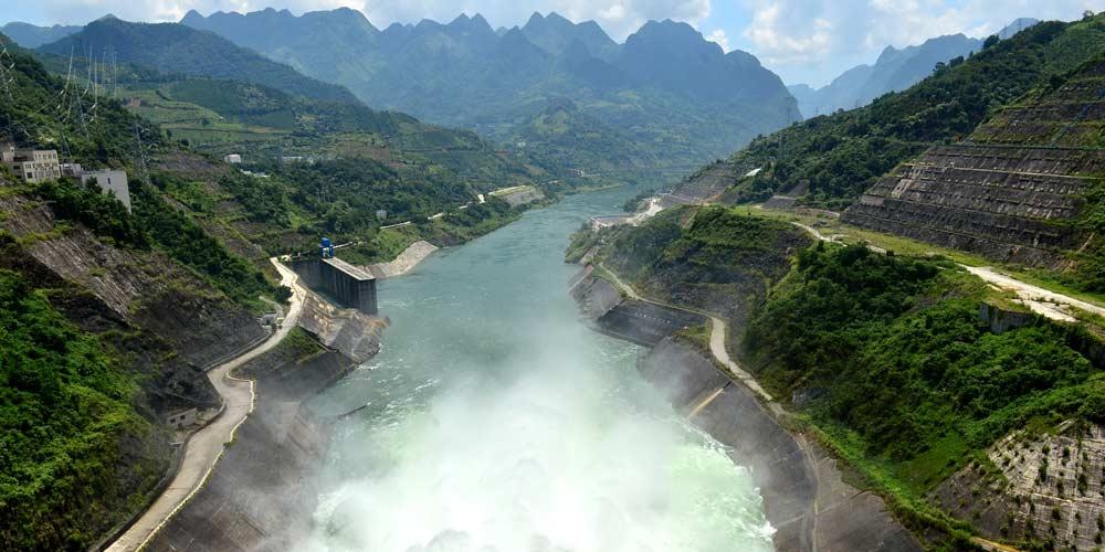 Estação hidrelétrica no sudoeste da China abre comportas para controle de inundações
