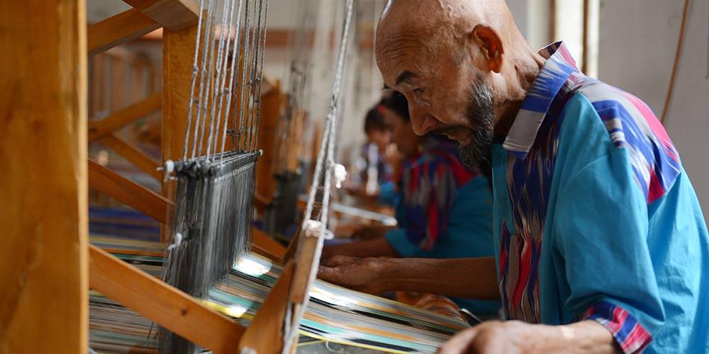 Técnica de produção de seda Etles revive em Xinjiang, no noroeste da China