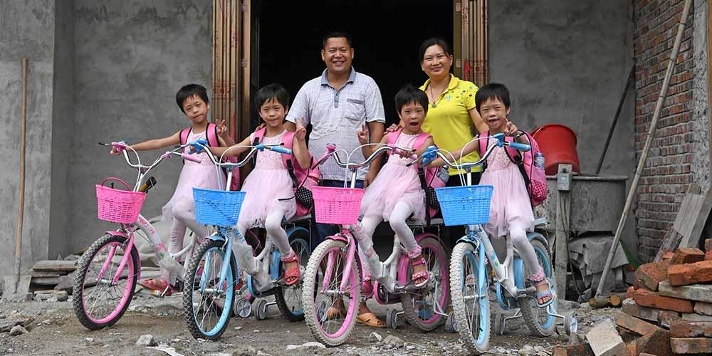 Em imagens: História de combate à pobreza de uma família de quadrigêmeas em Jiangxi