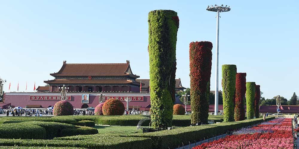 Canteiros de flores são instalados na Praça Tiananmen para próximo Dia Nacional
