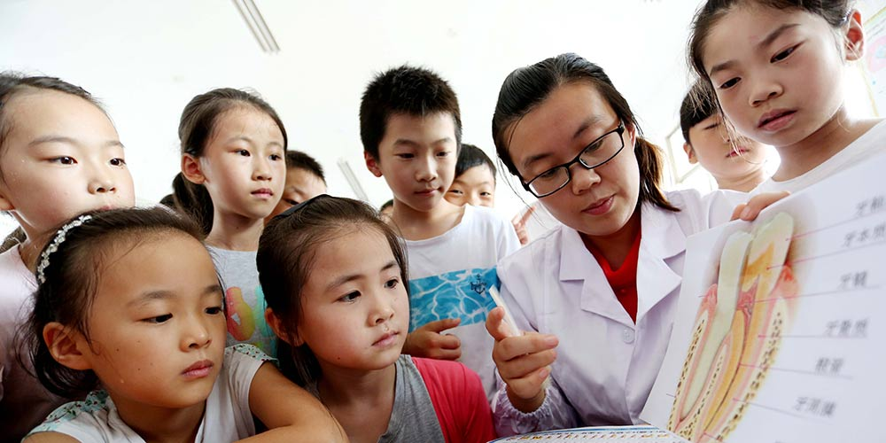 Alunos chineses participam de atividades antes do dia nacional de cuidados dentários