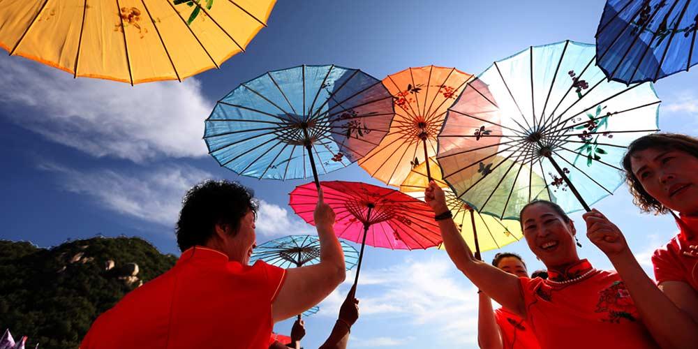 Chinesas apresentam cheongsam na montanha Panshan em Tianjin