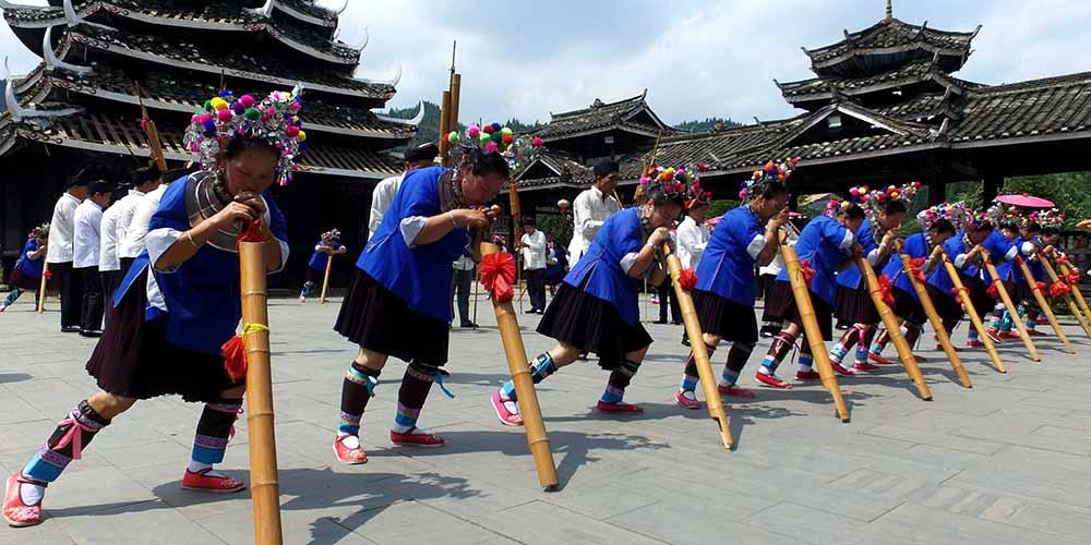 Grupo étnico Dong realiza apresentação popular na Região Autônoma Zhuang de Guangxi