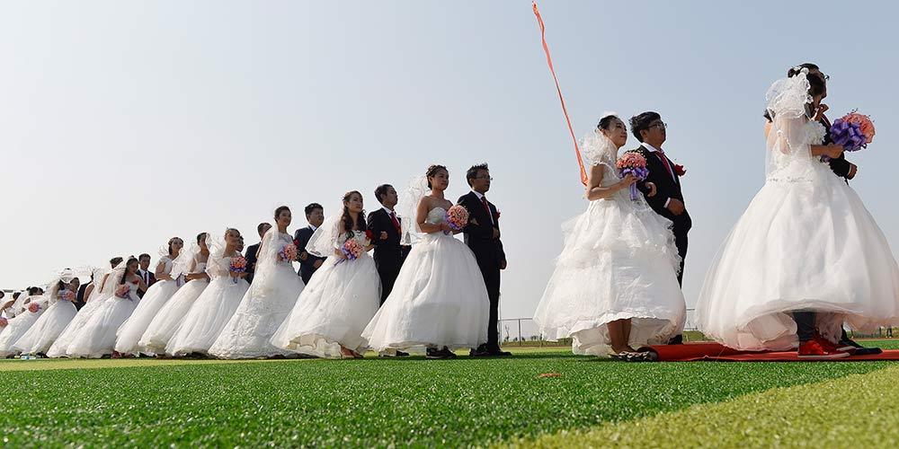 Casais participam de cerimônia de casamento conjunta em Hebei
