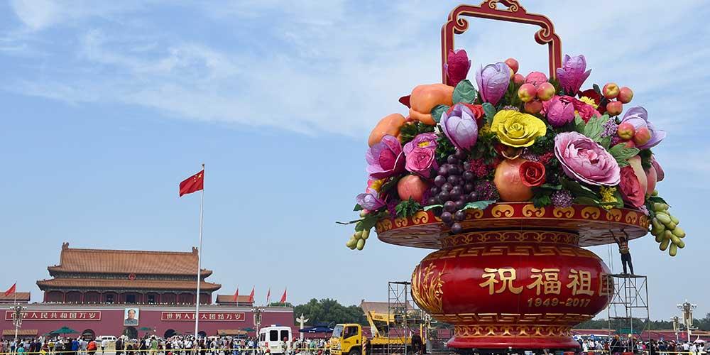 Trabalhadores instalam grande canteiro de flores na Praça Tiananmen em Beijing
