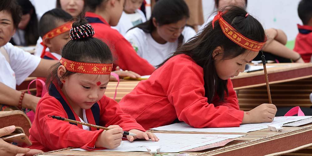 Crianças participam de cerimônia de primeira escrita em Jiangsu, leste da China