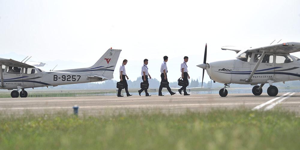 Cadetes participam de treinamento na Universidade de Voo da Aviação Civil
