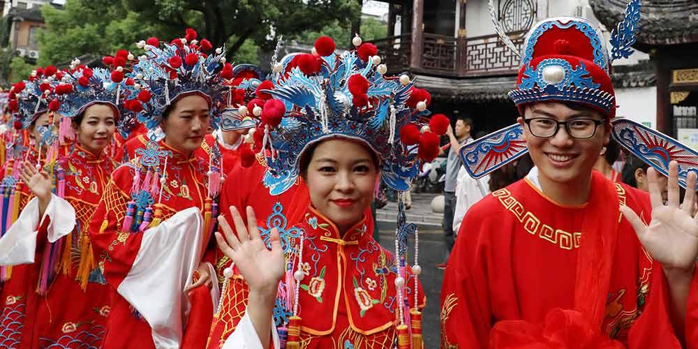 Casais participam de cerimônia tradicional de casamento coletivo no leste da China