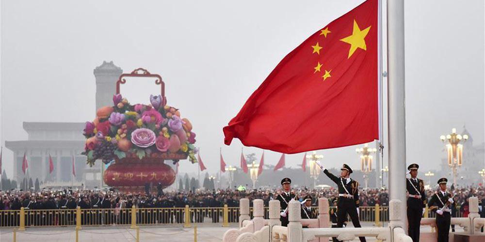 Cerimônias de hasteamento da bandeira nacional são realizadas ao redor da China
