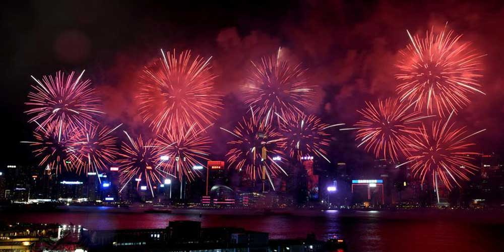 Fogos de artifício iluminam o céu em comemoração ao Dia Nacional da China