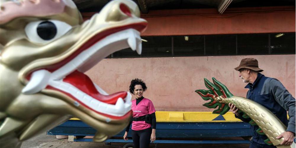 Barcos-dragão chineses auxiliam ex-pacientes de câncer de mama a praticarem remo em São Paulo, Brasil