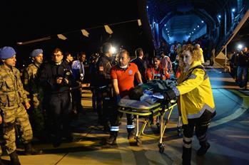 Trinta e cinco somalis feridos chegam à Turquia para tratamento