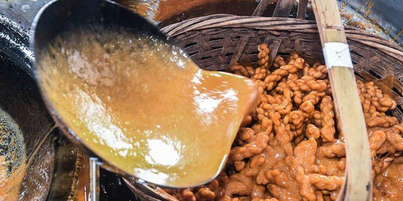 Produção de açúcar mascavo em aldeia de Zhejiang tem história de mais de 300 anos