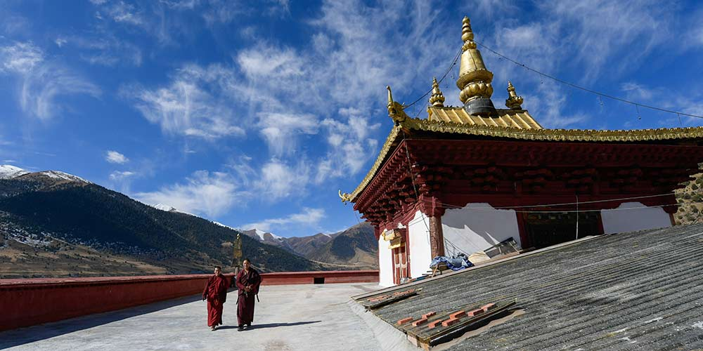 Cenário do Monastério Riwoqe no Tibet, no sudoeste da China