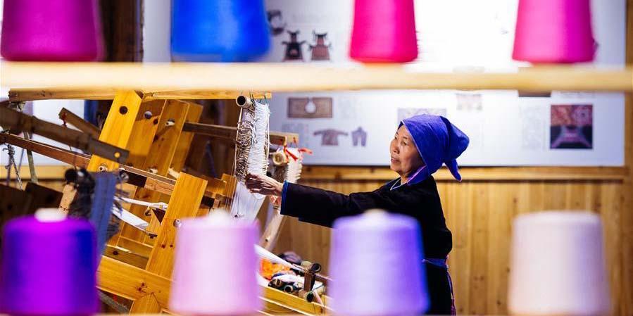Estudantes trazem novas ideias para artesanato tradicional do grupo étnico Dong em Hunan
