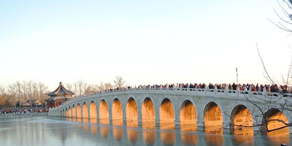 Visitantes apreciam crepúsculo na Ponte dos 17 Arcos
