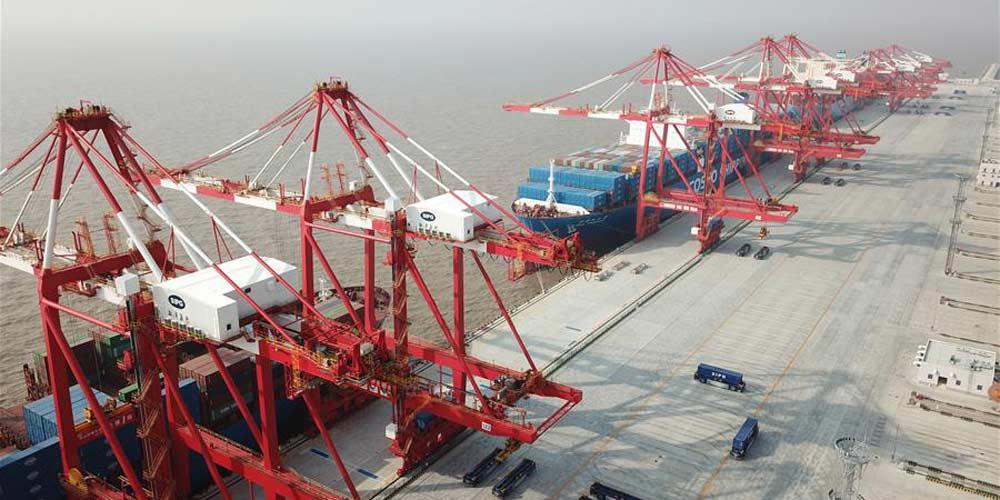 Maior terminal automatizado de contêineres do mundo inicia operação teste em Shanghai