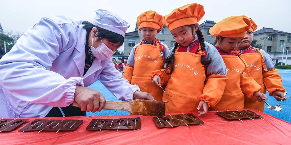"""Crianças degustam petiscos de maltose para celebrar chegada do termo solar """"Daxue"""""""