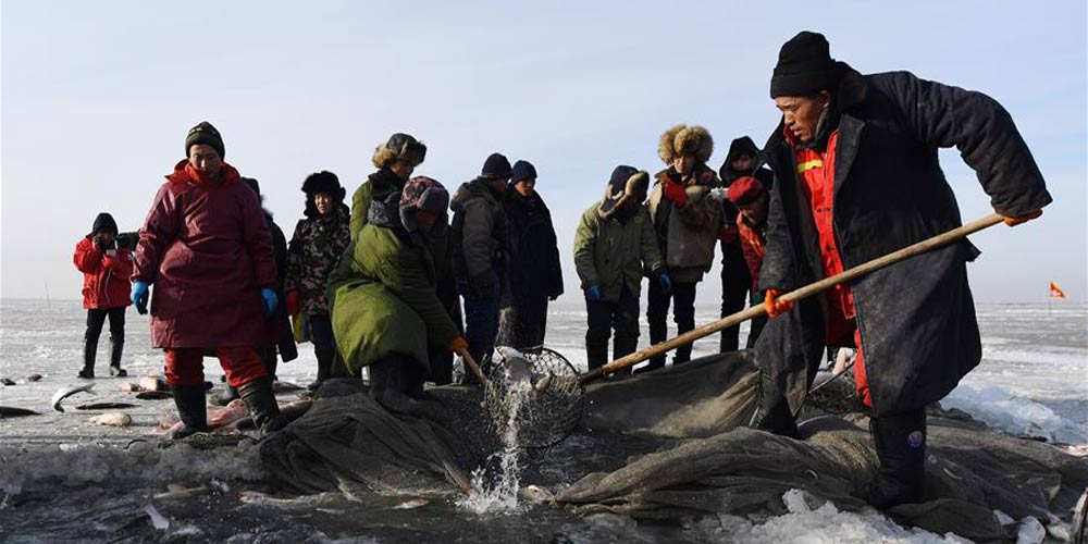 Evento de pesca de inverno no Lago Chagan em Songyuan