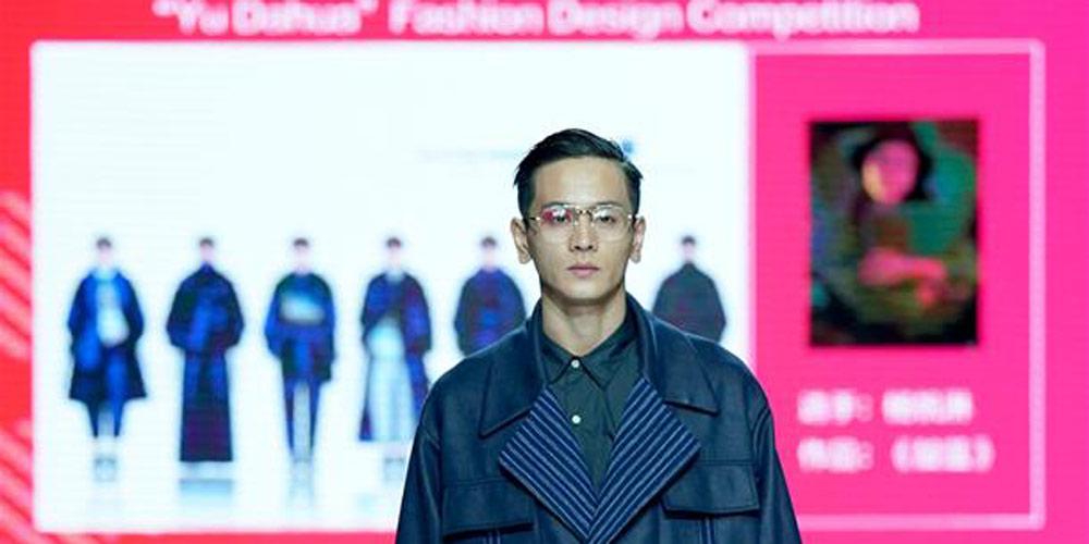 Concurso de moda realizado durante a Semana de Moda de Wuhan