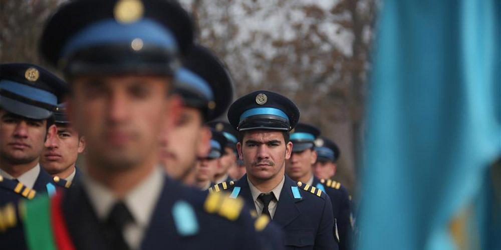 Novos cadetes se formam na escola militar de Cabul