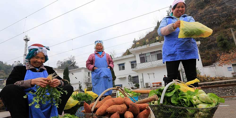 Trens beneficiam povo local em áreas montanhosas em Guizhou