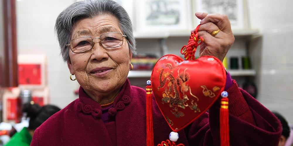 Artesã de Xuzhou produz saquinhos de ervas perfumadas que são patrimônio cultural imaterial nacional
