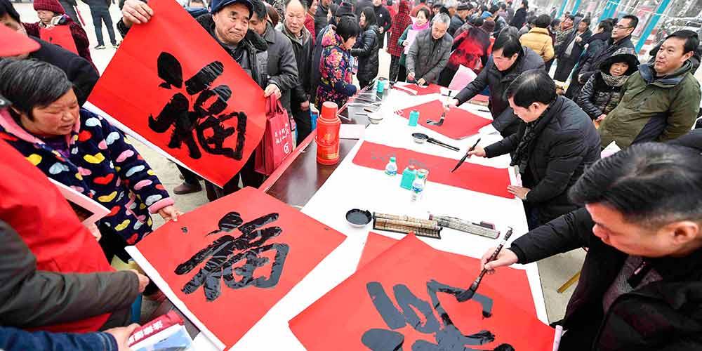 Voluntários oferecem serviços gratuitos para aldeões de Bozhou, província de Anhui