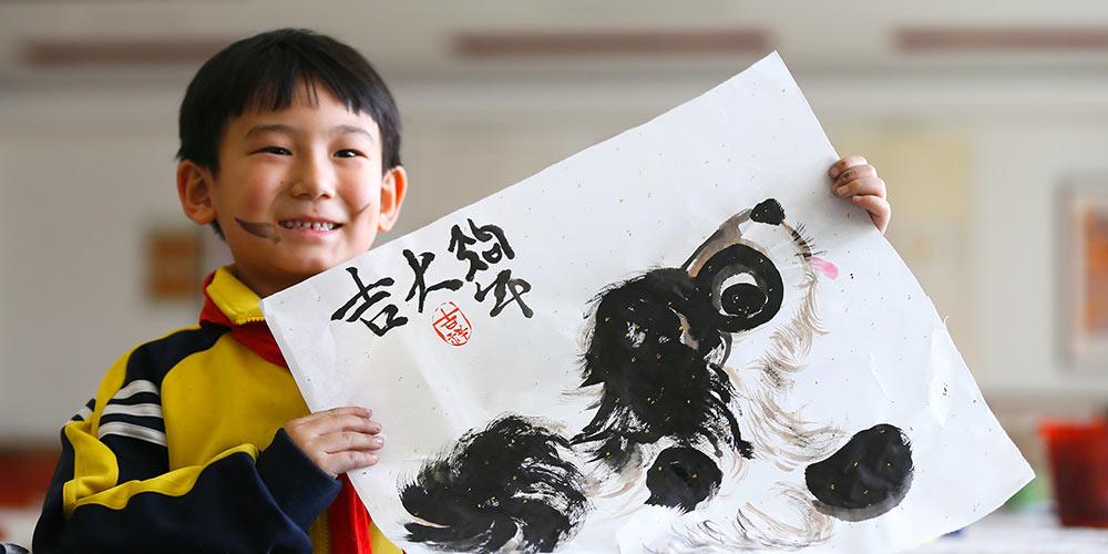 Escola de Qingdao realiza show de talentos para receber Ano Novo chinês