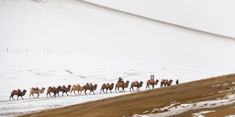 Fonte da Lua Crescente e Montanha Mingsha cobertas de neve em Gansu