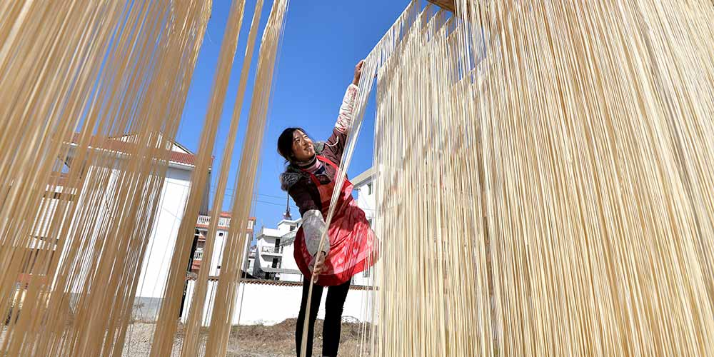 Aldeões fazem tradicionais macarrões secos em Shaanxi
