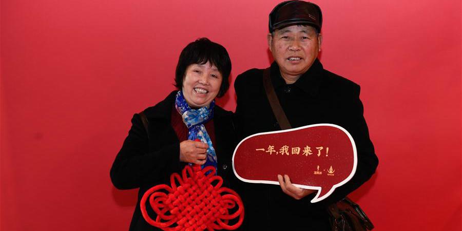 Estúdio fotográfico gratuito na estação ferroviária de Hangzhou registra momentos felizes de passageiros no caminho de volta para casa