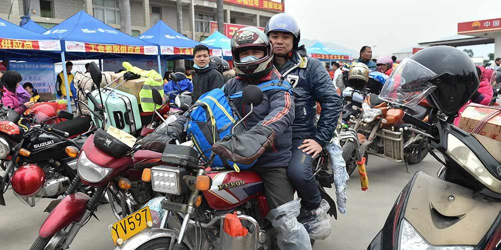 Trabalhadores migrantes no sul da China voltam para terra natal de moto durante temporada de viagens do Festival da Primavera