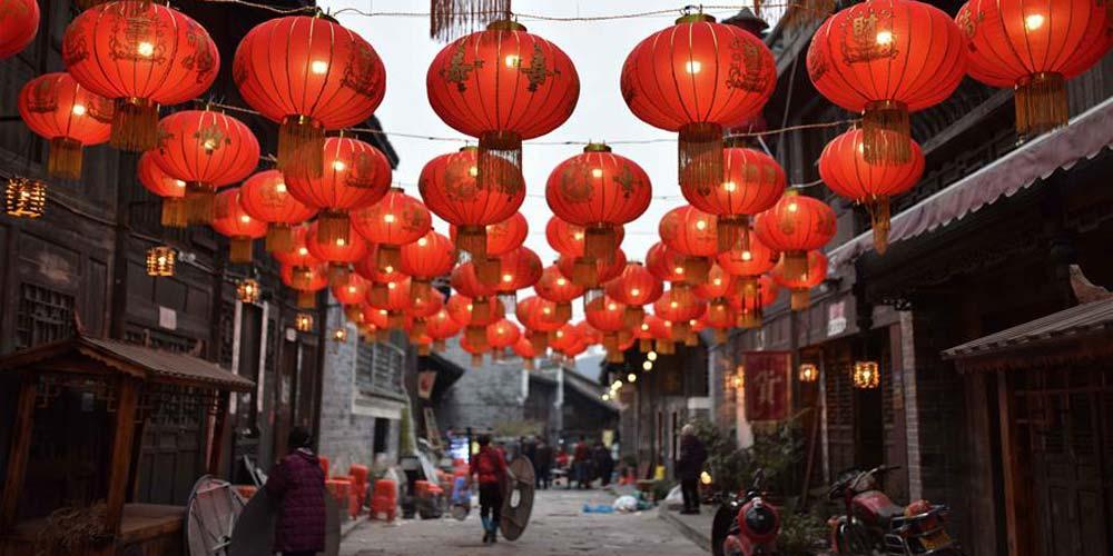 Antiga vila decorada com lanternas vermelhas em Guizhou