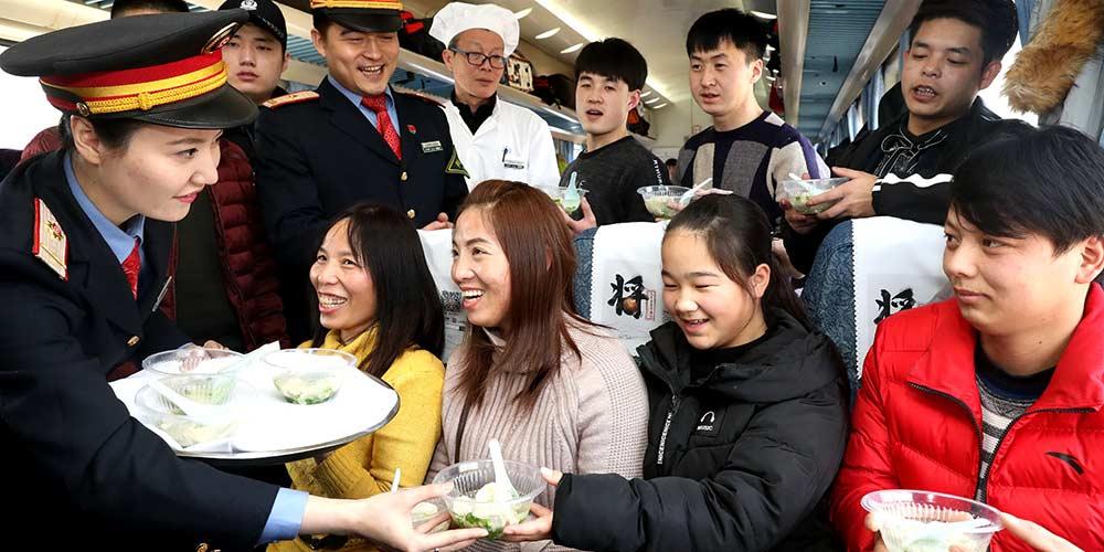 Atendentes oferecem jiaozi grátis a passageiro a bordo de trem