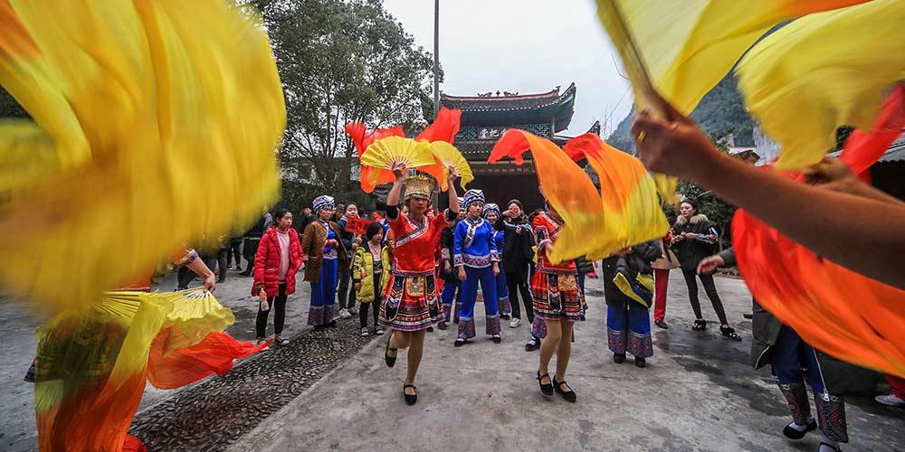 Pessoas dançam em celebração ao Ano Novo Lunar chinês em Hunan